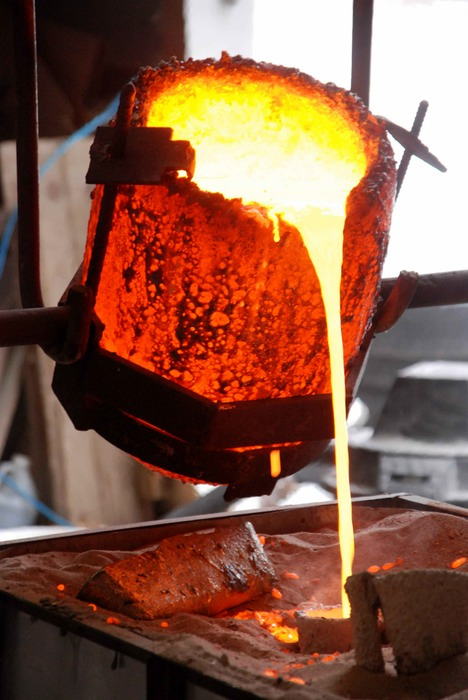 bronze pouring 2a